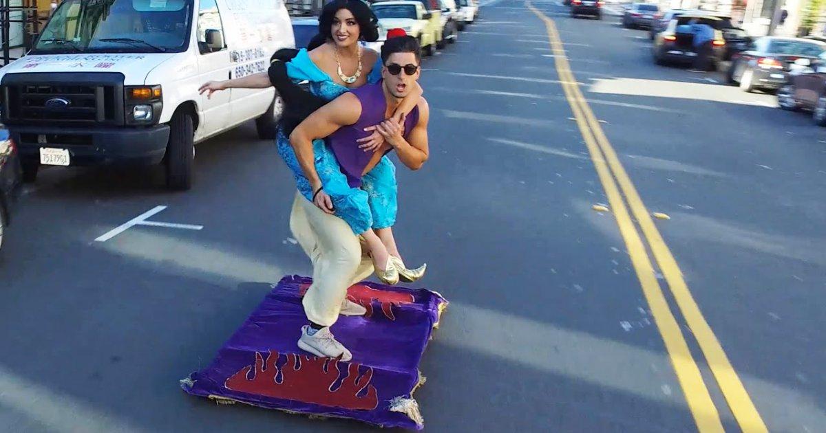 Mit dem Teppich durch die Stadt cruisen Aladdin und sein